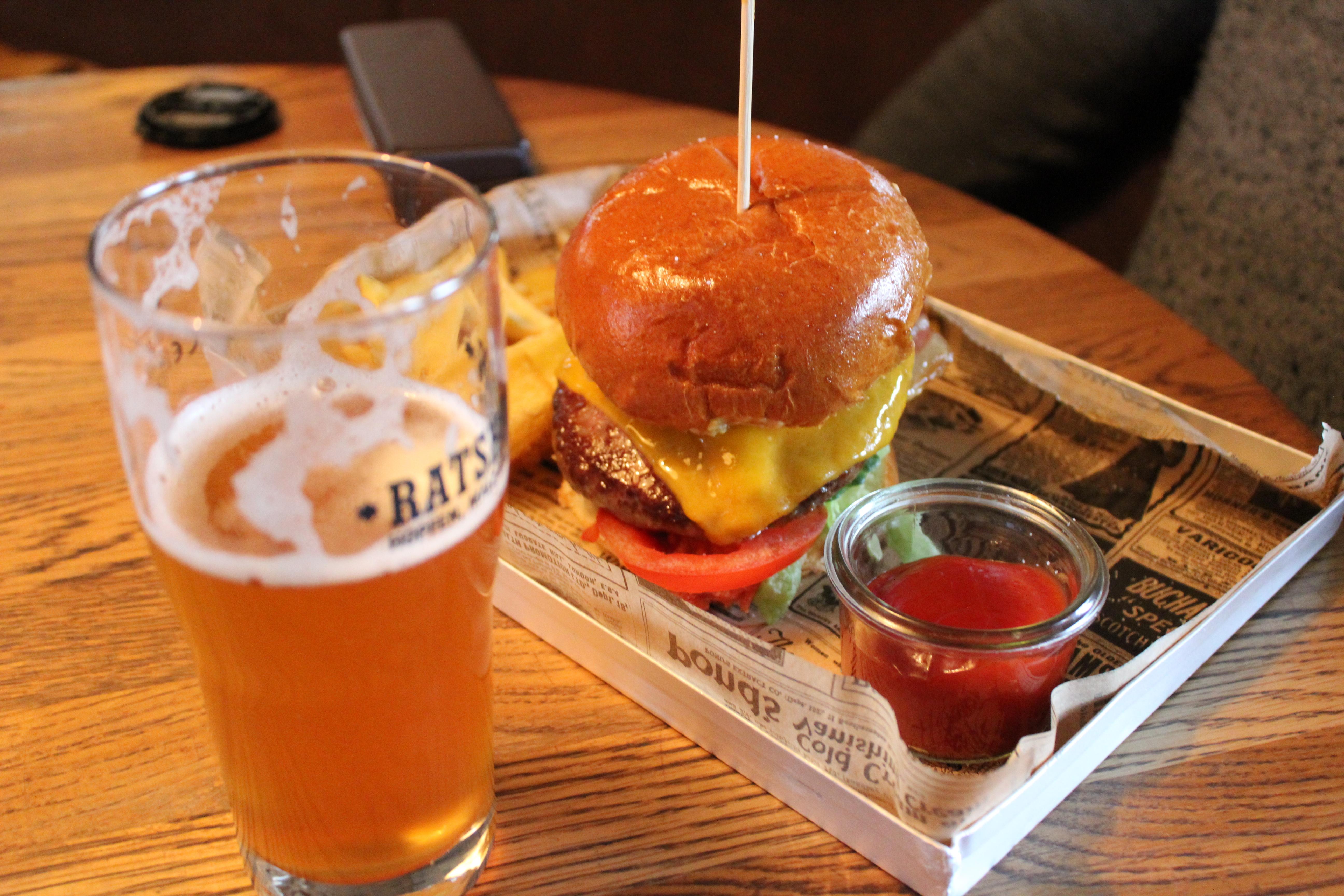 Bière et burger à Altes Mädchen